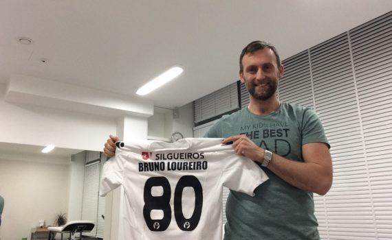 Adrian z koszulką znanego sportowca