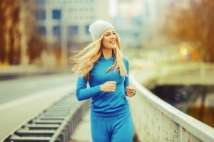 Młoda kobieta biegnie